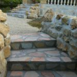 Trappen naar de tuin van Villa Chasanka